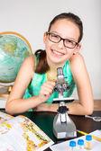 女の子の顕微鏡 — ストック写真