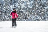Junge Frau, die durch den Schnee laufen — Stockfoto