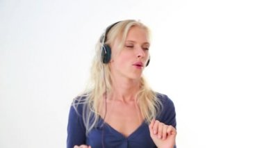 Beautiful woman dancing with headphones — Vidéo