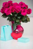 Bouquet of pink roses in a vase and  present to 14 february — Stock Photo