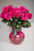 Bouquet of pink roses in a vase,  present to 14 february — Stock Photo
