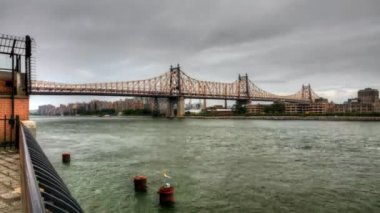 The Queensboro Bridge with boats on the East River — Stock Video
