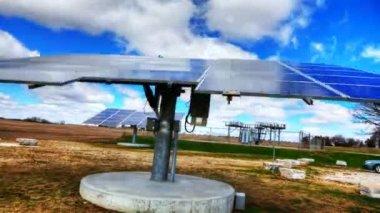 Timelapse pohled solární panel na jasný den — Stock video