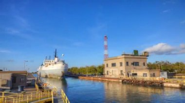 A lake freighter moving through the Welland Canal, Canada — Stock Video