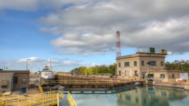 A lake freighter move into a lock on the Welland Canal, Canada — Stock Video