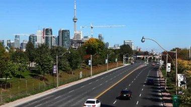 Verkehrsströme in die mitte der stadt — Stockvideo