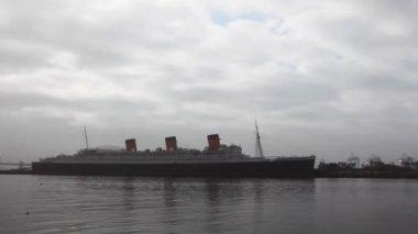 Timelapse точка зрения королевы Мэри 2 в день тумана — Стоковое видео