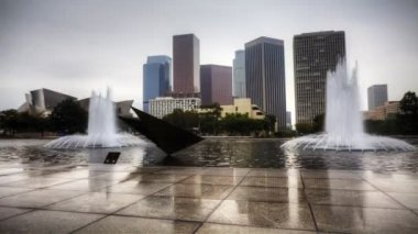 View of Los Angeles skyscrapers with reflecting pool in the foreground — Stock Video
