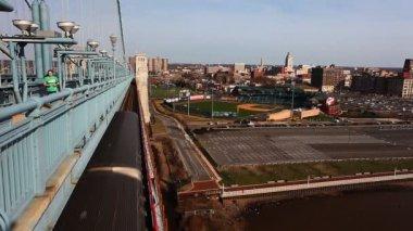 Philadelphia, Pennsylvania cityscape from the Benjamin Franklin Bridge — Stock Video