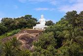 Vista da montanha com uma estátua branca de um Buda sentado em Mihintale, Sri Lanka — Fotografia Stock
