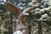 Figure of Eagle on the rock in park — Stock Photo