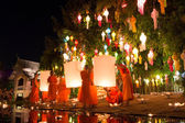 CHIANG MAI THAILAND-NOVEMBER 7 : Loy Krathong festival in Chiangmai.Tradition al monk lights floating balloon made of paper annually at Wat Phan Tao temple.On November 7,2014 in Chiangmai,Thailand. — Stock Photo
