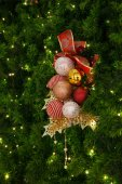 Gold Christmas background of defocused lights with christmas orn — Stock Photo