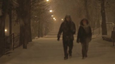 Couple walking at night in the snowstorm — Stock Video