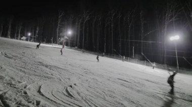 People skiing at night — Vídeo de Stock