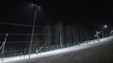 Ski elevator and people skiing at night — Vídeo de Stock