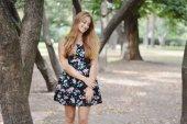Ritratto di una bella ragazza all'aperto — Foto Stock