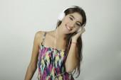 音楽を聞くヘッドフォンを持つ女性 — ストック写真