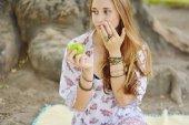 Beautiful young girl eating green apple — 图库照片
