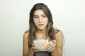 Jeune femme regardant un film. — Photo