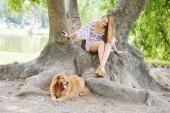 Ung kvinna med hennes hund utomhus. — Stockfoto