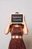 Studentka kolegium gospodarstwa tablica mówiąc co lato — Zdjęcie stockowe