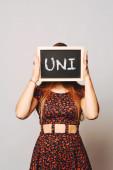 Estudante de Universidade, segurando uma lousa dizendo uni — Fotografia Stock