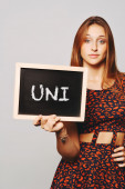 大学的学生举行说 uni 黑板 — 图库照片