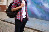 Ung snygg man med en ryggsäck. — Stockfoto
