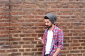 Молодой человек с помощью смартфона. — Стоковое фото