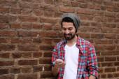 Giovane uomo utilizzando uno smartphone. — Foto Stock