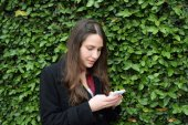 Young woman using her cellphone — Stock Photo