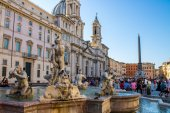 Tourist in Navona square near the Moor Fountain , in Rome, Italy — Stock Photo