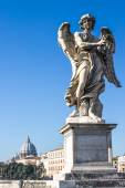 A Statue of an Angel in the Bridge of Hadrian in  Rome, Italy — Stock Photo