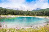 Schöne Aussicht auf den Karersee (Karersee) in Italien — Stockfoto