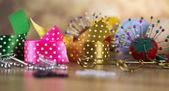 Kit da cucito. Filetto colorato, perni, bottoni, nastri, spilla di sicurezza. — Foto Stock
