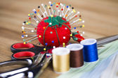 Sewing machine. Colorful threads, needles, pins, buttons. — Stockfoto