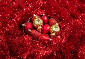 Red and yellow vintage christmas baubles on sparkling background — Stock Photo