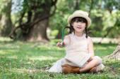 Aziatische meisje Toon potlood voor het schrijven boek met lachende gezicht — Stockfoto