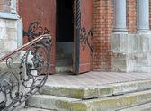 楼梯和在大教堂的古老大门 — 图库照片