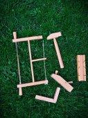 Dřevěná hračka nástroje na trávě — Stock fotografie