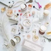 Mängd olika kosmetiska saker på vit bakgrund — Stockfoto