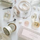 Smycken och skönhet produkter på vit bakgrund — Stockfoto