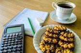 Lieu de travail, lieu d'étude avec la calculatrice, classeur, tasse de café — Photo