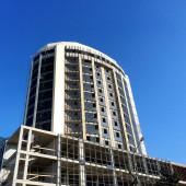 Mavi gökyüzünün altında yeni Bina İnşaatı — Stok fotoğraf