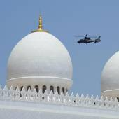 Domes of Sheikh Zayed Mosque and patrol helicopter — Stock Photo