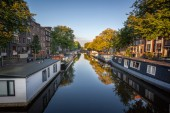 Boat house on canals in Amsterdam Netherland — Stock Photo