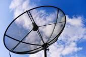 Satellitenschüsseln mit blauer Himmel — Stockfoto