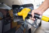 Man pumping fuel in car — 图库照片