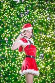 Jolie asiatique jeune fille en costume de Santa de Noël avec nuit ligh — Photo